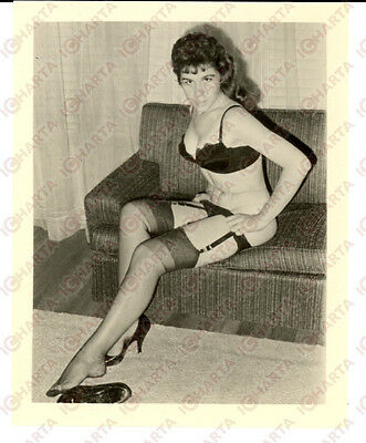 1965 ca USA - EROTICA VINTAGE Sexy young woman showing garter *PHOTO