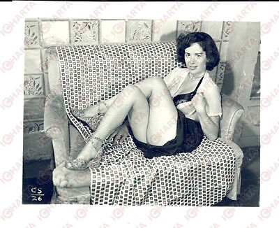 1965 ca USA - EROTICA VINTAGE Housewife showing herself on a sofa *PHOTO
