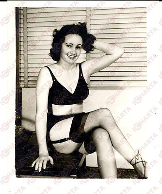1965 ca USA - EROTICA VINTAGE Woman showing black garter *PHOTO