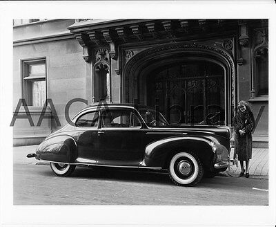 1940 Lincoln Zephyr Coupe @ Hotel, Factory Photo / Picture (Ref. #52836)