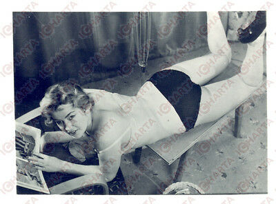1965 ca USA - EROTICA VINTAGE Woman reading on a small table *PHOTO