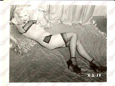 1965 ca USA - EROTICA VINTAGE Woman in sexy lingerie lying on a bed *PHOTO