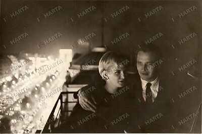 1955 ca CINEMA Paul NEWMAN hugging Joanne WOODWARD on a balcony *Photo