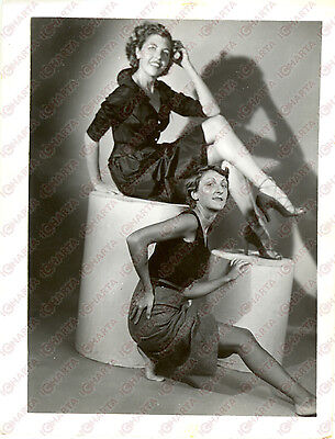 1965 ca USA - EROTICA VINTAGE Women sitting in a sexy pose  *PHOTO
