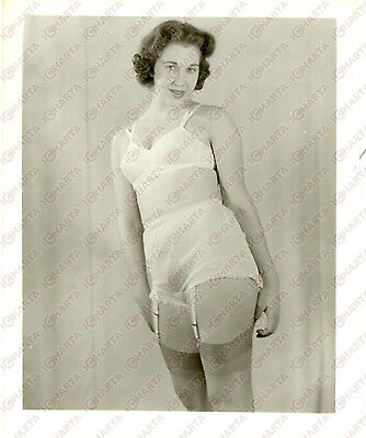 1965 ca USA - EROTICA VINTAGE Housewife in sexy lingerie *PHOTO