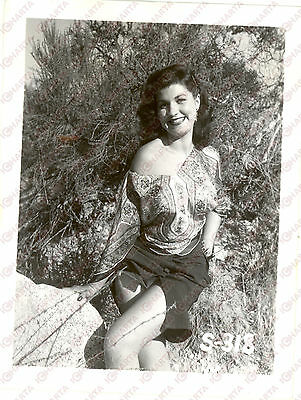 1965 ca USA - EROTICA VINTAGE Smiling woman posing in wild nature *PHOTO