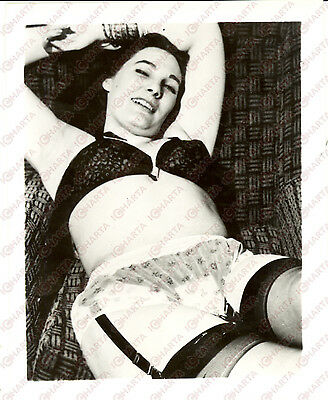 1965 ca USA - EROTICA VINTAGE Woman in sexy pose on a sofa *PHOTO