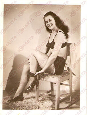 1965 ca USA - EROTICA VINTAGE Young girl take off silk stocking on a chair PHOTO
