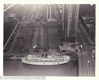 LAKE STEAMER IN CHICAGO RIVER VINTAGE WWII SOLDIERS 1940s SNAPSHOT PHOTO