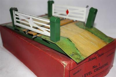 O GAUGE LEVEL ROAD CROSSING   IN BOXS GOOD   [k2415]