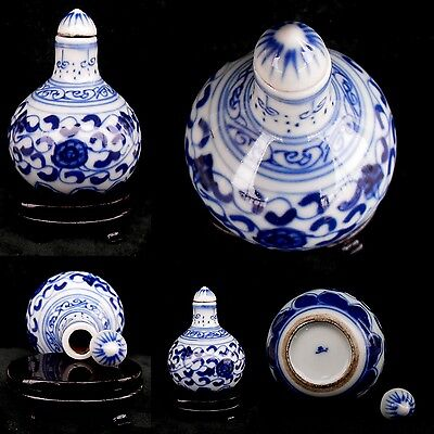 CHINESE -ANTIQUE PORCELAIN  --SNUFF BOTTLE BLUE AND WHITE  SIZE 6.5x4.5cms