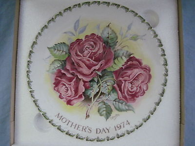 1974 Crown Staffordshire MOTHERS DAY PLATE #2 Americana Rose RED ROSES in Box