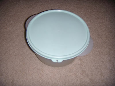 Tupperware mixing bowl with lid 8-1/2 cups