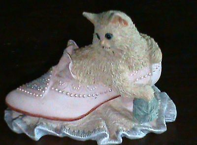 WESTLAND 1996 CLAY RESIN PUSS IN BOOTS IN A VICTORIAN SHOE, WITH YARN BALL-Cat