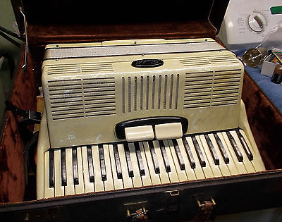 vintage WORKING SCANDALLI accordion italy 420/154 with CASE cream