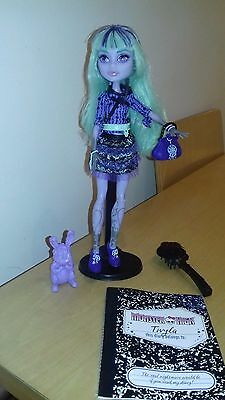 Monster High Twyla Doll and pet 13 Wishes