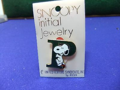 vtg badge snoopy letter initial P brooch green on card 1970s peanuts schulz