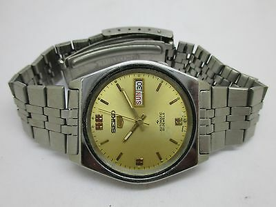 Vintage Men's Seiko 5 Automatic Day And Date Wrist Watch In Working Condition