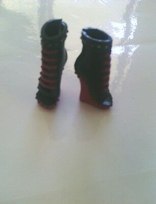 Bulk Shoes from Monster High,  12 pairs, see photo's.