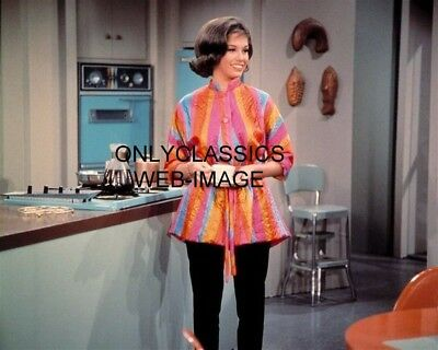 The Dick Van Dyke Show Cute Funny Mary Tyler Moore 8X10 Photo In Kitchen On Set