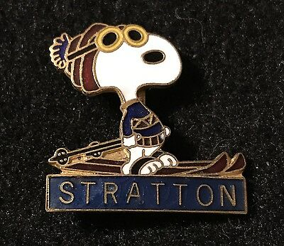 STRATTON Snoopy Skiing Ski Pin Badge VERMONT VT Resort Souvenir Travel PEANUTS