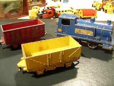DINKY TOYS .. TRAIN & CARRIAGES DIECAST MADE IN ENGLAND   please see descrip