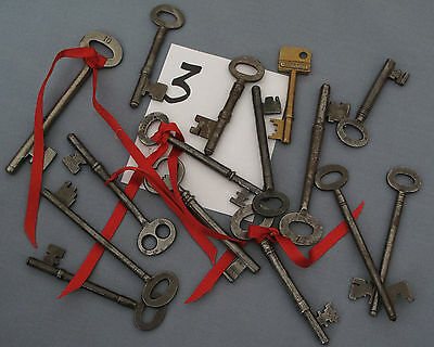 Old antique collectable assorted keys