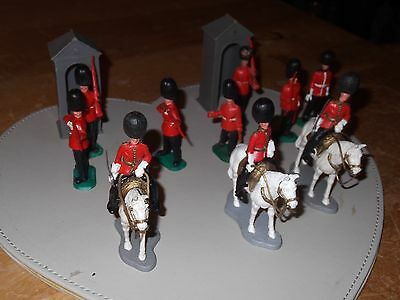 10 Vintage Timpo Plastic Soldiers Queens Guards + 2 Guard Huts
