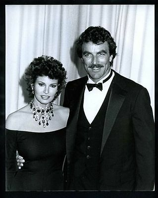 1983 TOM SELLECK & RAQUEL WELCH Vintage Original Photo MAGNUM PI BLUE BLOODS gp