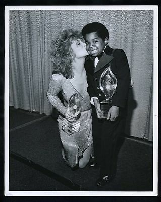1982 GARY COLEMAN & BARBARA MANDRELL Short Smooch Vintage Original Photo gp