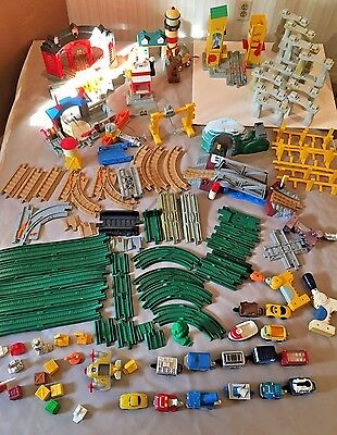 Huge Lot 125+ pieces Geo Trax Buildings, Tracks, Vehicles and Accessories