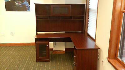 Bush President Series Pre-Owned Desk, Return, & Hutch in Mahogany Finish