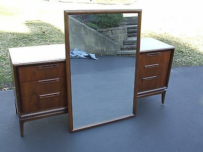 Vintage United Furniture Mid Century Wood Bedroom 9 Drawer Dresser w/Mirror