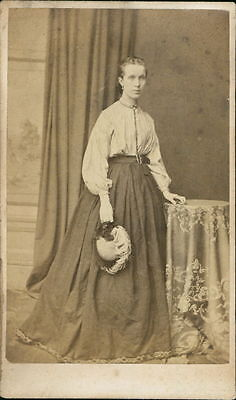 Victorian lady holding hat JE.1657