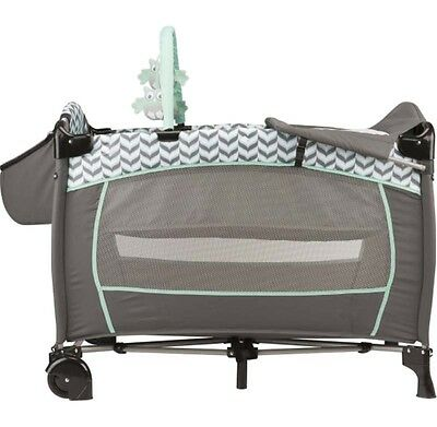 Portable Playard for Baby Suites Deluxe Spearmint Bassinet Plush Toys Changer