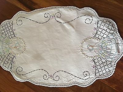 Pretty vintage linen embroidered Crinoline Lady Daisy Centrepiece doily exc