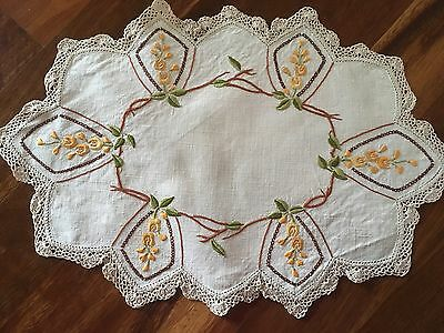 Gorgeous vintage linen embroidered Jasmine Trailing Flowers Centrepiece doily ex