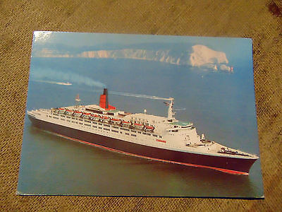 A coloured postcard featuring Queen Elizabeth 2 from 1987 off the Needles