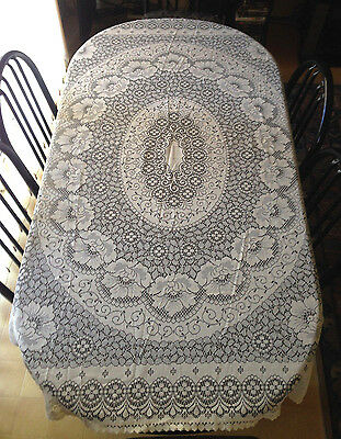 Beautiful vintage lace tablecloth measuring approx 176 cm x 134 cm.