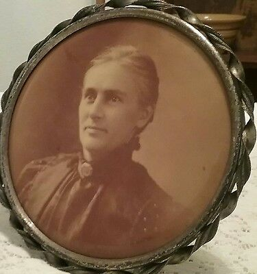 Nice Vintage Round Twisted Tin Picture Frame w/ Antique Photo