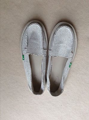 Sanuk Ladies Size 7  Flat Summer Shoes In White And Black.