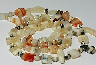 A BEAUTIFUL NECKLACE OF ANCIENT BANDED, TABULAR, PENDANT AGATE BEADS (92 beads)