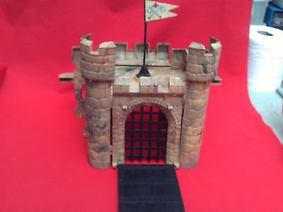 CRESCENT OR SIMILAR 54mm SCALE HARD PLASTIC MOULDED CASTLE KEEP AND GATEWAY+