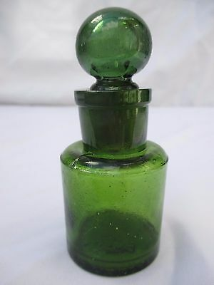"""SUPERB GREEN SMELLING SALTS BOTTLE WITH GROUND IN """"GLOBE"""" STOPPER PERFUME c1910"""
