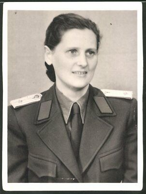 Fotografie DDR-VP, Portrait Polizistin der Volkspolizei in Uniform