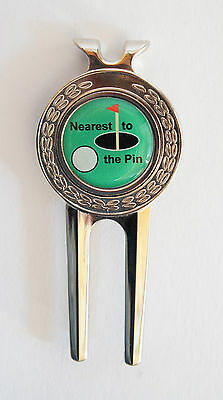 "Pitchgabel + Golfball Marker ""NEAREST TO THE PIN"" Golf-Geschenk-Idee Geburtstag"