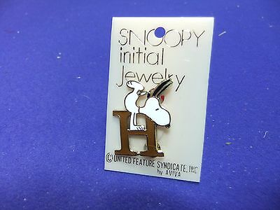 vtg badge snoopy letter initial H brooch brown on card 1970s peanuts schulz