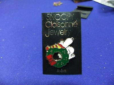 vtg badge snoopy chritsmas wreath brooch on card 1970s peanuts schulz cartoon