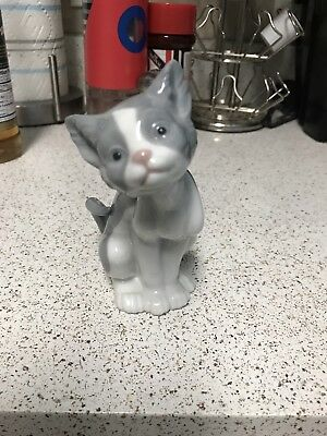 Lladro Cat Figurine - Feed Me - # 5112  Excellent Condition