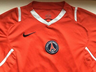 Paris Saint-Germain FC adult football shirt. Size medium GB39/41.